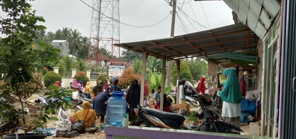 Pedagang berjualan di teras rumah warga