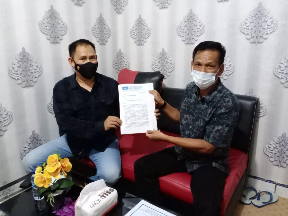 Sekretaris DPC PD Merangin Ichwan Nevis saat menyerahkan surat dari partai kepada Polres Merangin yang diterima oleh Kasat Intel Iptu Tarjono, Jum\'at (19/3/2021).