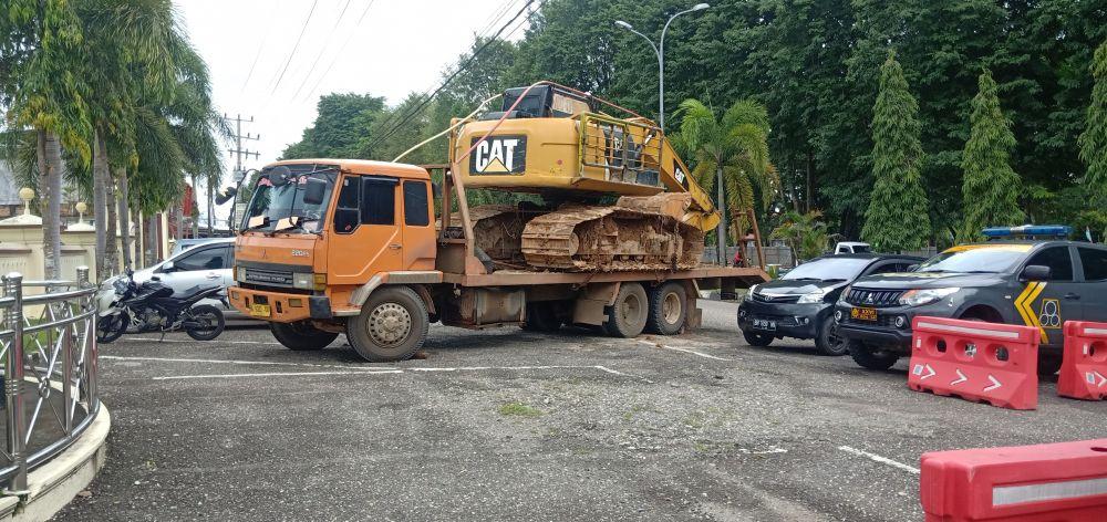 Alat berat jenis excavator yang digunakan untuk PETI dirampas untuk negara