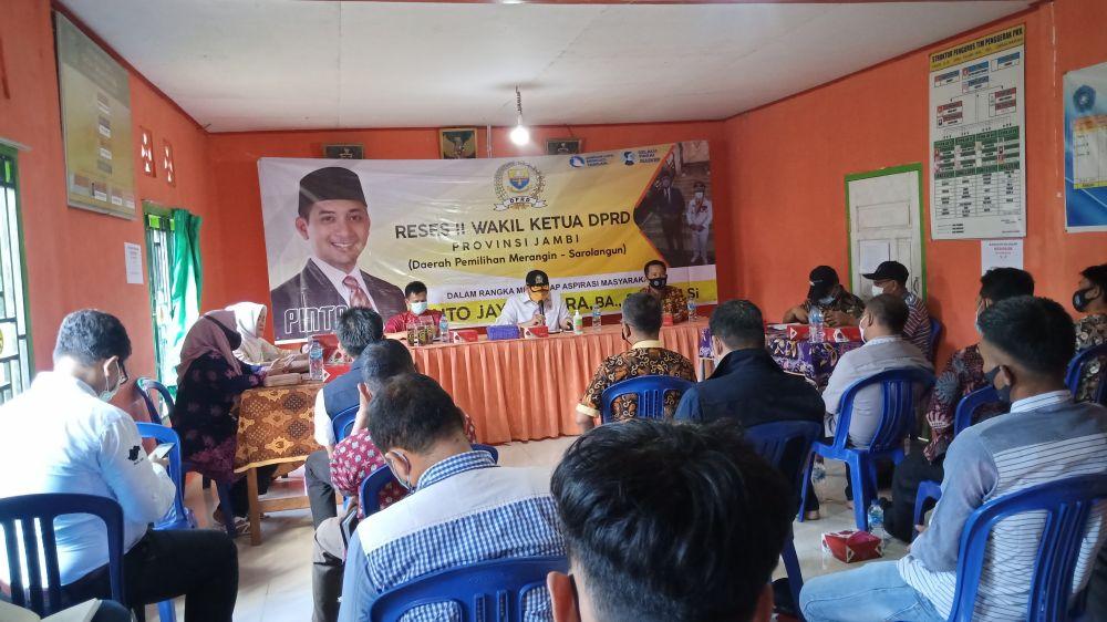 Wakil ketua DPRD Provinsi Jambi Pinto Jayanegara, BA,S.Psi., M.Si  (tengah) dan didampingi Camat Lembah Masurai Lubis (Kanan) serta Kades Talang Asal Rahmat (kiri).