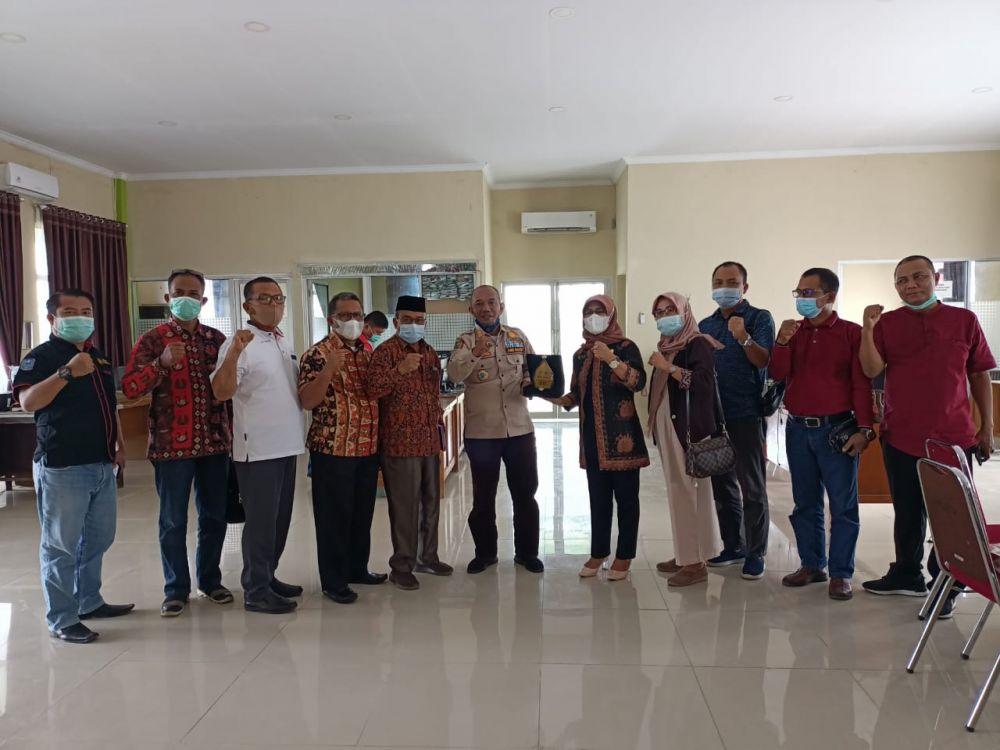Poto bersama Anggota DPRD Batang Hari  dengan Kepala DPMPTSP-TK Merangin Jangcik beserta jajaran usai pemberian cidera mata.