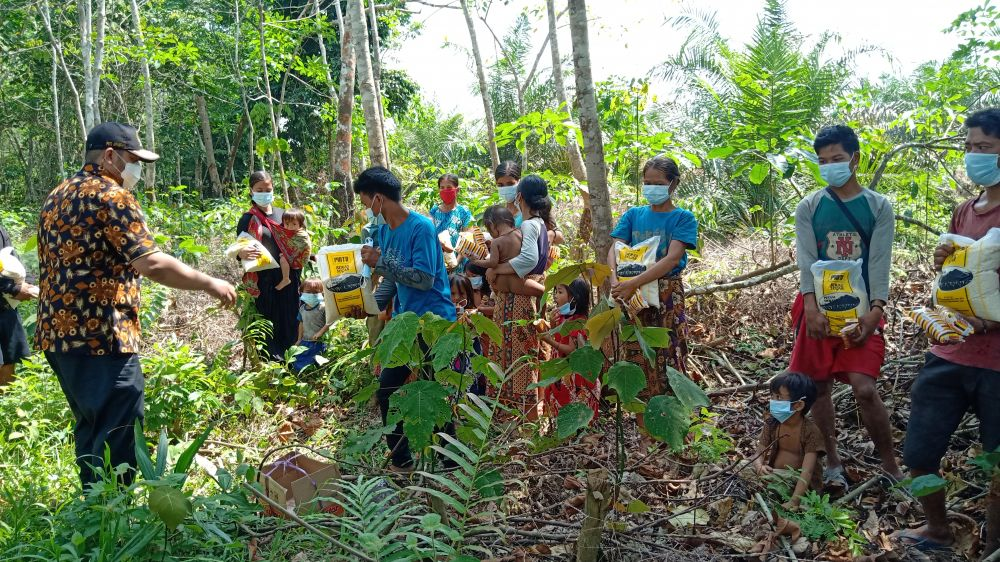 Wakil ketua DPRD Provinsi Jambi Pinto Jayanegara, BA,S.Psi., M.Si saat menyerahkan bantuan beras untuk warga SAD kelompok Makekal Ulu, Desa Mekar Jaya, Tabir Selatan