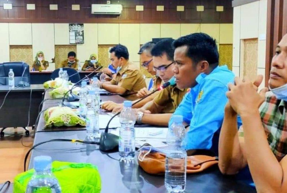 Ketua DPD KNPI Merangin Marliyos, S.Pd didampingi Sekretaris Janiko, M.Pd saat mengikuti hearing di DPRD Merangin beberapa waktu lalu.