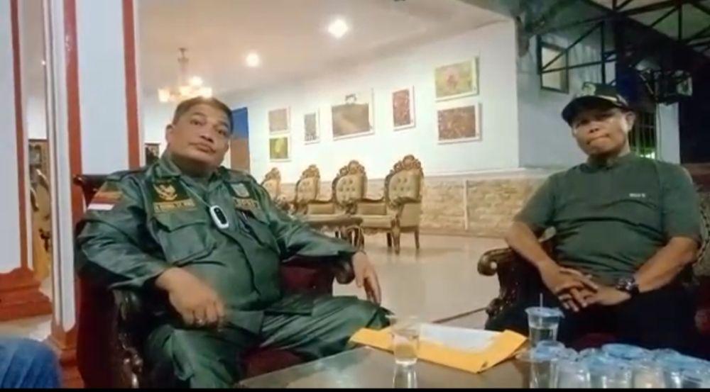 Ketua DPD II Golkar Merangin Herman Efendi didampingi Sekretaris Suardi saat dibincangi awak media.